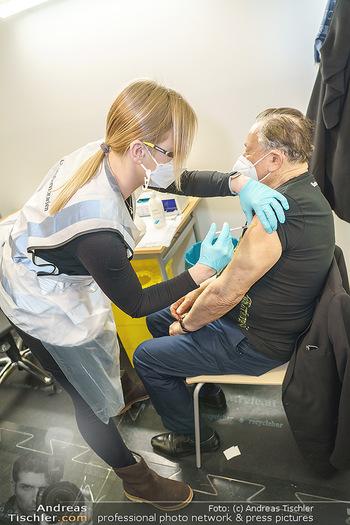 Richard Lugner Covid-19 Impfung - VHS Donaustadt, Wien - Di 16.03.2021 - Richard LUGNER wird von Krankenschwester Melanie geimpft11