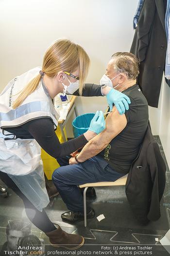 Richard Lugner Covid-19 Impfung - VHS Donaustadt, Wien - Di 16.03.2021 - Richard LUGNER wird von Krankenschwester Melanie geimpft12