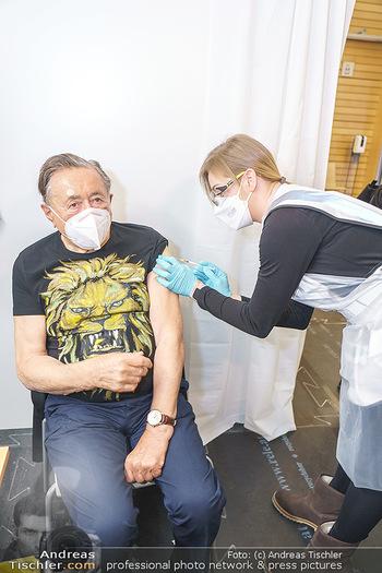Richard Lugner Covid-19 Impfung - VHS Donaustadt, Wien - Di 16.03.2021 - Richard LUGNER wird von Krankenschwester Melanie geimpft15