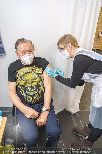 Richard Lugner Covid-19 Impfung - VHS Donaustadt, Wien - Di 16.03.2021 - Richard LUGNER wird von Krankenschwester Melanie geimpft18