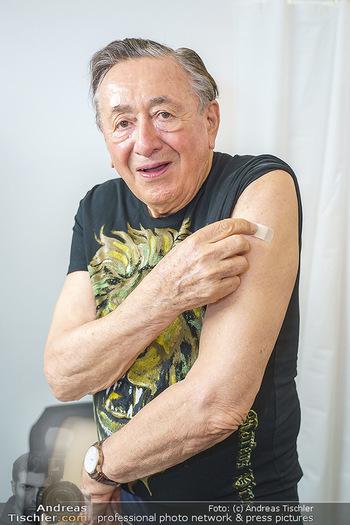 Richard Lugner Covid-19 Impfung - VHS Donaustadt, Wien - Di 16.03.2021 - Richard LUGNER nach der Impfung mit BionTech-Pfizer23