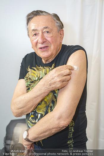 Richard Lugner Covid-19 Impfung - VHS Donaustadt, Wien - Di 16.03.2021 - Richard LUGNER nach der Impfung mit BionTech-Pfizer24