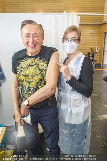 Richard Lugner Covid-19 Impfung - VHS Donaustadt, Wien - Di 16.03.2021 - Richard LUGNER mit Krankenschwester Melanie25