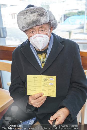 Richard Lugner Covid-19 Impfung - VHS Donaustadt, Wien - Di 16.03.2021 - Richard LUGNER mit Impfpass33