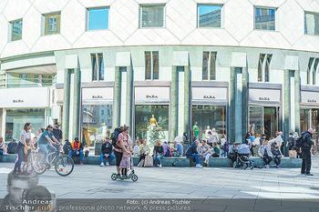 Lokalaugenschein Wien - Wien - Di 30.03.2021 - Menschenmassen sitzen dicht an dicht am Stephansplatz vor Zara M44