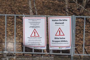 Lokalaugenschein Wien - Wien - Di 30.03.2021 - Corona Covid-19 Hinweisschild Achtung Abstand halten Warnung Kei51