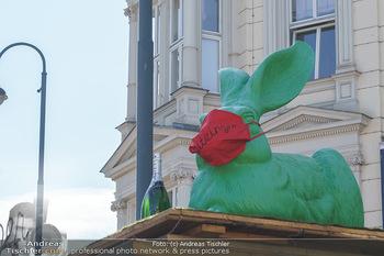 Lokalaugenschein Wien - Wien - Di 30.03.2021 - Osterhase mit Maske Symbol auf Dach des Würstelstandes Bizinger52