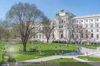 Lokalaugenschein Wien - Wien - Di 30.03.2021 - Menschen genießen bei Picknick im Burggarten die Frühlingstemp55