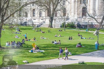 Lokalaugenschein Wien - Wien - Di 30.03.2021 - Menschen genießen bei Picknick im Burggarten die Frühlingstemp57
