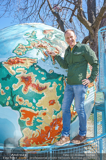 Spaziergang mit Marcus Wadsak - Prater, Wien - Di 30.03.2021 - Marcus WADSAK bei Weltkugel Planet Erde Globus Wetterkarte10