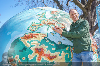 Spaziergang mit Marcus Wadsak - Prater, Wien - Di 30.03.2021 - Marcus WADSAK bei Weltkugel Planet Erde Globus Wetterkarte11