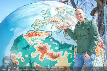 Spaziergang mit Marcus Wadsak - Prater, Wien - Di 30.03.2021 - Marcus WADSAK bei Weltkugel Planet Erde Globus Wetterkarte12