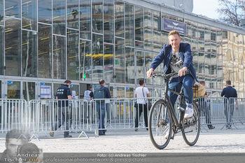 Spaziergang mit A... K... - Vogelweidepark, Wien - Di 30.03.2021 - Andi Andreas KNOLL auf dem Fahrrad vor der Wiener Stadthalle7