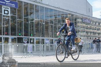 Spaziergang mit A... K... - Vogelweidepark, Wien - Di 30.03.2021 - Andi Andreas KNOLL auf dem Fahrrad vor der Wiener Stadthalle8