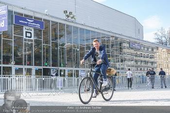 Spaziergang mit A... K... - Vogelweidepark, Wien - Di 30.03.2021 - Andi Andreas KNOLL auf dem Fahrrad vor der Wiener Stadthalle9