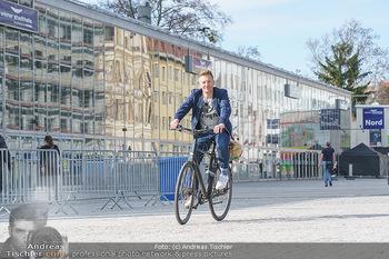 Spaziergang mit A... K... - Vogelweidepark, Wien - Di 30.03.2021 - Andi Andreas KNOLL auf dem Fahrrad vor der Wiener Stadthalle10