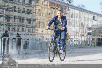 Spaziergang mit A... K... - Vogelweidepark, Wien - Di 30.03.2021 - Andi Andreas KNOLL auf dem Fahrrad vor der Wiener Stadthalle11