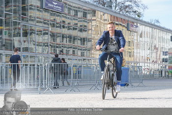 Spaziergang mit A... K... - Vogelweidepark, Wien - Di 30.03.2021 - Andi Andreas KNOLL auf dem Fahrrad vor der Wiener Stadthalle12