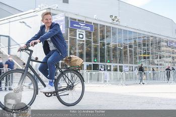 Spaziergang mit A... K... - Vogelweidepark, Wien - Di 30.03.2021 - Andi Andreas KNOLL auf dem Fahrrad vor der Wiener Stadthalle13
