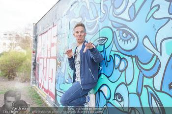 Spaziergang mit A... K... - Vogelweidepark, Wien - Di 30.03.2021 - Andi Andreas KNOLL (Portrait vor Grafitti Wand)26