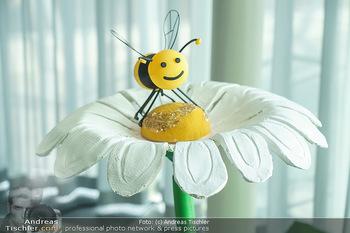 BioBienenApfel PK - MQ Libelle - Mi 07.04.2021 - Plasikbiene auf Blume, Symbolbild4