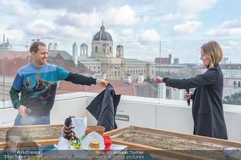 BioBienenApfel PK - MQ Libelle - Mi 07.04.2021 - Sebastian VETTEL bietet Charlott CORDES seine Jacke an55