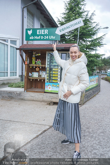 Spaziergang mit Lili Klein - Maria Gugging - Do 08.04.2021 - Liliana KLEIN (Lili, Lilli) kauft frische Eier beim Eier-Automat6
