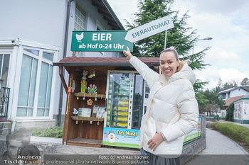 Spaziergang mit Lili Klein - Maria Gugging - Do 08.04.2021 - Liliana KLEIN (Lili, Lilli) kauft frische Eier beim Eier-Automat7
