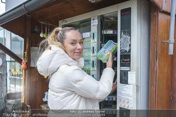 Spaziergang mit Lili Klein - Maria Gugging - Do 08.04.2021 - Liliana KLEIN (Lili, Lilli) kauft frische Eier beim Eier-Automat8