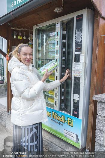 Spaziergang mit Lili Klein - Maria Gugging - Do 08.04.2021 - Liliana KLEIN (Lili, Lilli) kauft frische Eier beim Eier-Automat9