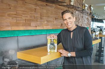 Dorfmeister Gin Präsentation - Weststadtion, Wien - Do 08.04.2021 - Michaela DORFMEISTER mit neuer Rick Gold Gin Flasche10