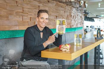 Dorfmeister Gin Präsentation - Weststadtion, Wien - Do 08.04.2021 - Michaela DORFMEISTER mit neuer Rick Gold Gin Flasche15