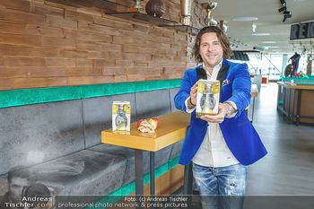 Dorfmeister Gin Präsentation - Weststadtion, Wien - Do 08.04.2021 - Patrick MARCHL mit neuer Rick Gold Gin Flasche21