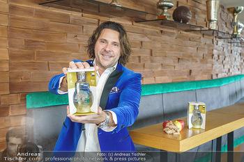 Dorfmeister Gin Präsentation - Weststadtion, Wien - Do 08.04.2021 - Patrick MARCHL mit neuer Rick Gold Gin Flasche22