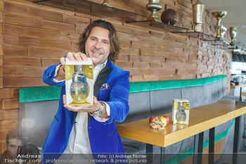 Dorfmeister Gin Präsentation - Weststadtion, Wien - Do 08.04.2021 - Patrick MARCHL mit neuer Rick Gold Gin Flasche23