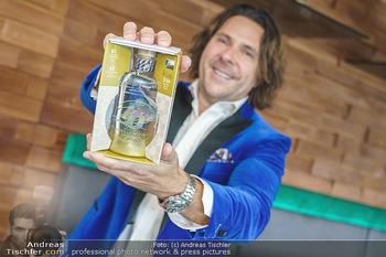Dorfmeister Gin Präsentation - Weststadtion, Wien - Do 08.04.2021 - Patrick MARCHL mit neuer Rick Gold Gin Flasche24
