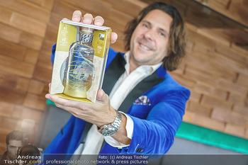 Dorfmeister Gin Präsentation - Weststadtion, Wien - Do 08.04.2021 - Patrick MARCHL mit neuer Rick Gold Gin Flasche25