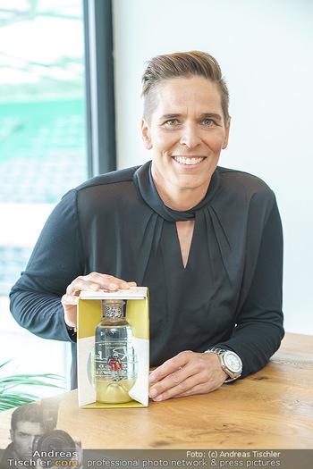 Dorfmeister Gin Präsentation - Weststadtion, Wien - Do 08.04.2021 - Michaela DORFMEISTER mit neuer Rick Gold Gin Flasche37