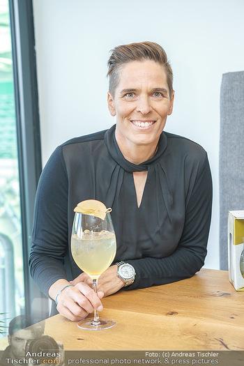 Dorfmeister Gin Präsentation - Weststadtion, Wien - Do 08.04.2021 - Michaela DORFMEISTER mit neuer Rick Gold Gin Flasche43