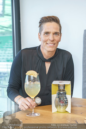 Dorfmeister Gin Präsentation - Weststadtion, Wien - Do 08.04.2021 - Michaela DORFMEISTER mit neuer Rick Gold Gin Flasche44