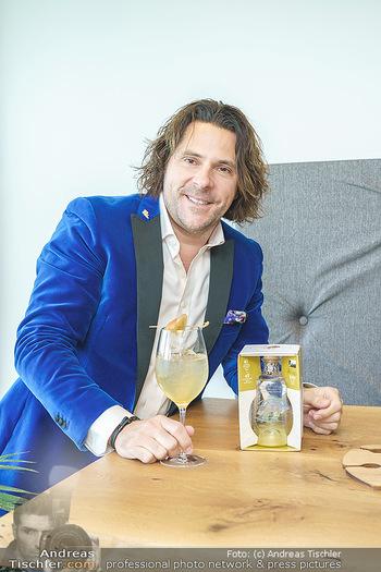 Dorfmeister Gin Präsentation - Weststadtion, Wien - Do 08.04.2021 - Patrick MARCHL mit neuer Rick Gold Gin Flasche45