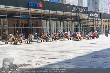 Lokalaugenschein Wien - Wien - Mo 12.04.2021 - zahlreiche Menschen genießen die Sonne während LockDown am Gra32