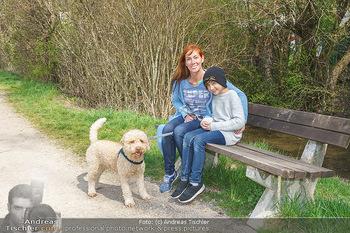 Spaziergang mit Adriana Zartl - Gaaden bei Mödling - Di 27.04.2021 - Adriana ZARTL mit Sohn Luca und Hund Balu1