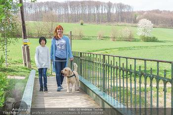 Spaziergang mit Adriana Zartl - Gaaden bei Mödling - Di 27.04.2021 - Adriana ZARTL mit Sohn Luca und Hund Balu2