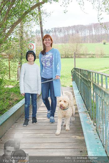 Spaziergang mit Adriana Zartl - Gaaden bei Mödling - Di 27.04.2021 - Adriana ZARTL mit Sohn Luca und Hund Balu3