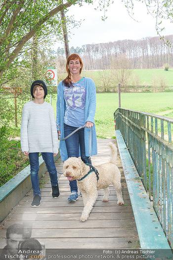 Spaziergang mit Adriana Zartl - Gaaden bei Mödling - Di 27.04.2021 - Adriana ZARTL mit Sohn Luca und Hund Balu4