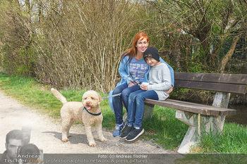 Spaziergang mit Adriana Zartl - Gaaden bei Mödling - Di 27.04.2021 - Adriana ZARTL mit Sohn Luca und Hund Balu9