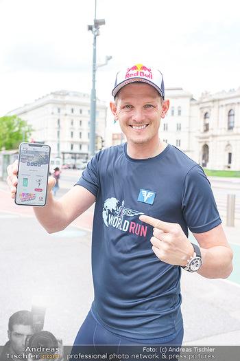 Interview Thomas Morgenstern - Rathausplatz, Wien - Do 06.05.2021 - Thomas MORGENSTERN zeigt die Handy-App15