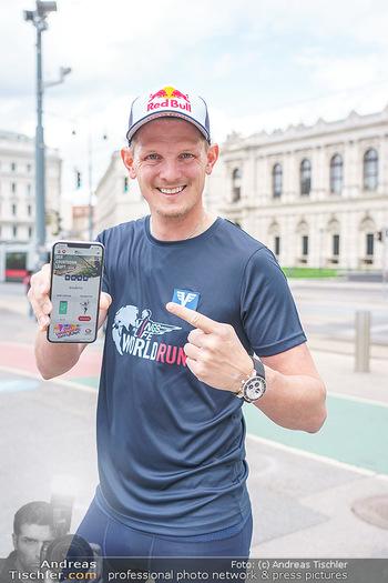 Interview Thomas Morgenstern - Rathausplatz, Wien - Do 06.05.2021 - Thomas MORGENSTERN zeigt die Handy-App17