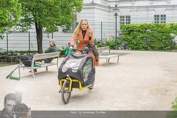Interview mit Lilian Klebow - Weghuberpark, Wien - Do 06.05.2021 - Lilian Billie KLEBOW mit ihrem Fahrrad4